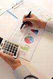 Biznesmen analizuje raport, biznesowego występu pojęcie Obrazy Royalty Free