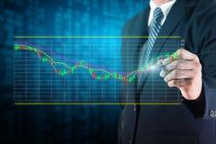 Biznesmen analizuje rynek papierów wartościowych mapy Zdjęcia Stock