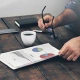 Biznesmen analizuje sprzedaż raport Analiza sprzedaży pojęcie zdjęcia stock