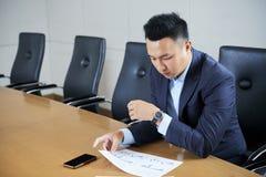 Biznesmen analizuje sprzeda? raport fotografia royalty free