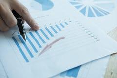 Biznesmen analizuje targową mapę przy miejscem pracy młody męski entrep Obraz Stock