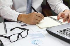 Biznesmen analizuje Zbiorczego raport i pieniężny Zdjęcia Stock