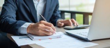 Biznesmen analizy maketing plan zdjęcie stock