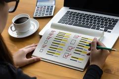Biznesmen ankieta i rezultat analizy odkrycia pojęcie zdjęcia stock