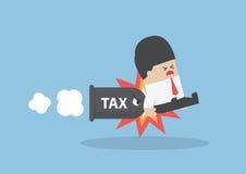 Biznesmen atakujący pociska podatkiem Obrazy Royalty Free