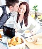 biznesmen atrakcyjna dziewczyna jego całowanie Zdjęcia Royalty Free