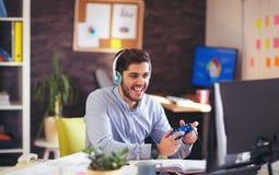 Biznesmen bawić się gra wideo w jego biurze Obrazy Stock