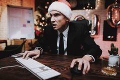 Biznesmen Bawić się na komputerze na nowy rok wigilii obraz stock