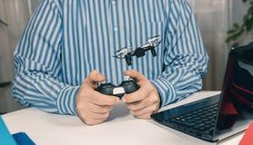 Biznesmen bawić się z truteń zabawką Uśmierzać stres przy pracą Fotografia Stock