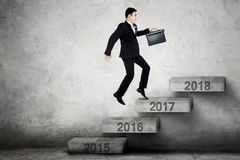 Biznesmen biega na schodkach z liczbą 2017 Obrazy Stock