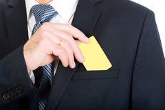 Biznesmen bierze żółtą kartkę od kieszeni zdjęcia royalty free