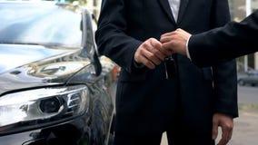 Biznesmen bierze klucze drogi samochód, pomyślna samochodowa zakup transakcja zdjęcia royalty free