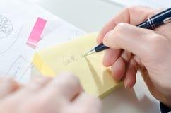 Biznesmen bierze notatki obrazy stock