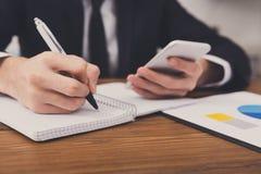 Biznesmen bierze notatki przy miejscem pracy, odgórny widok Fotografia Stock