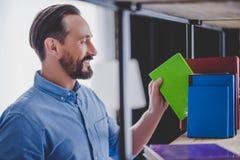 Biznesmen bierze notatnika od półki obraz royalty free