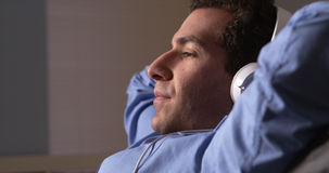 Biznesmen bierze słuchanie i przerwę muzyka Obrazy Royalty Free