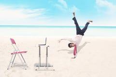 Biznesmen breakdancing przy plażą Zdjęcia Royalty Free