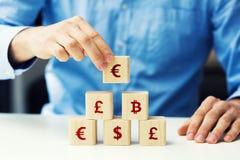 biznesmen buduje pieniężnego ostrosłup Obrazy Stock