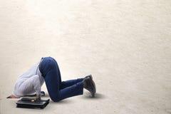 Biznesmen chuje jego kierowniczego w piasku ucieka od problemów obrazy stock