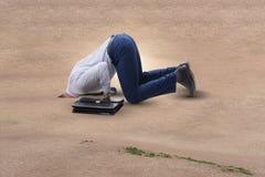 Biznesmen chuje jego kierowniczego w piasku ucieka od problemów fotografia stock
