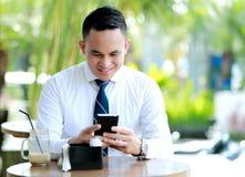Biznesmen cieszy się texting na wolnym czasie Zdjęcie Royalty Free