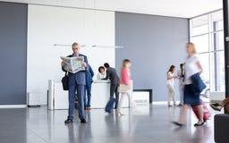 Biznesmen czekać na klasy business równinę przy lotniskiem Obrazy Royalty Free