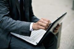 Biznesmen czyści ekran laptop Zdjęcia Royalty Free