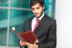 Biznesmen czyta agendę Zdjęcia Royalty Free