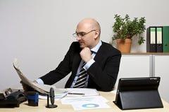 Biznesmen czyta gazetę Obraz Stock