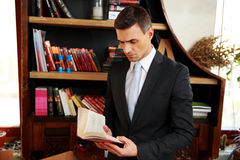 Biznesmen czyta książkę Obrazy Stock