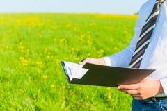 Biznesmen czyta pieniężnych dokumenty Fotografia Royalty Free
