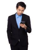 Biznesmen czyta wiadomość na telefonie komórkowym Zdjęcie Royalty Free