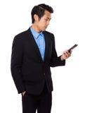 Biznesmen czyta wiadomość na telefonie komórkowym Obraz Stock