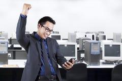 Biznesmen czyta wiadomość w biurowym pokoju Obrazy Stock