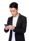 Biznesmen czytający na telefonie komórkowym Zdjęcie Stock