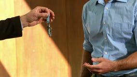 biznesmen daje kluczom zbiory