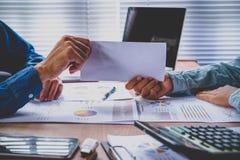 Biznesmen daje listowi rezygnacyjnemu zdjęcie royalty free