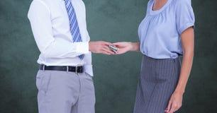 Biznesmen daje pieniądze bizneswoman reprezentuje korupcję zdjęcia royalty free