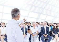 Biznesmen daje prezentaci jego koledzy fotografia royalty free