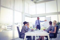 Biznesmen daje prezentaci jego koledzy Obraz Stock