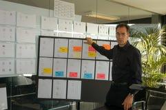 Biznesmen daje prezentaci na białej desce Obraz Stock