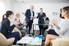 Biznesmen Daje prezentaci Podczas gdy koledzy Oklaskuje W O zdjęcie stock