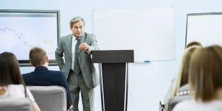 Biznesmen daje prezentaci przy konferencją Pracy zespołowej pojęcie Obraz Stock