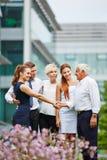 Biznesmen daje uściskowi dłoni kobieta obraz royalty free