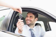 Biznesmen dostaje jego nowego samochodu klucz obraz royalty free