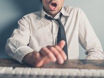 Biznesmen dostaje satysfakcję od online zawartości Zdjęcia Stock