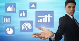 Biznesmen dotyka biznesowej mapy statystyki ikony Fotografia Stock