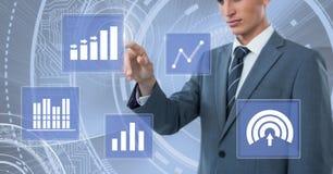 Biznesmen dotyka biznesowej mapy statystyki ikony Obraz Royalty Free