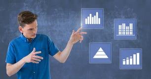 Biznesmen dotyka biznesowej mapy statystyki ikony Obrazy Stock