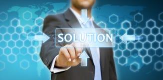 Biznesmen dotyka cyfrowego ekran